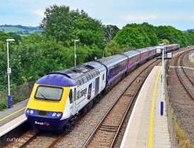 A train from London Paddington arrives at Castle Cary station. Image: Curly42, Flickr